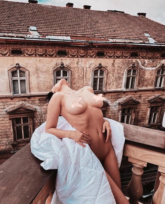 Астафьева вышла на балкон в непристойном виде