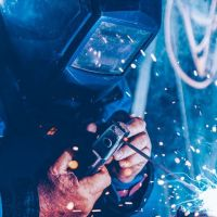 【SPCC基礎知識】SPCCの金属加工を依頼するならMitsuri!他材料とどう違う?板厚、材質、降伏点、比重、ヤング率