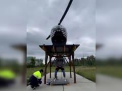 Южноуральский силач поднял полуторатонный вертолет