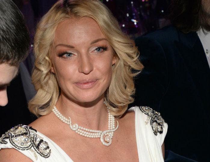 «В Москве хорошо»: Волочкова в платье в пол с эффектным декольте прокатилась на «Майбахе»