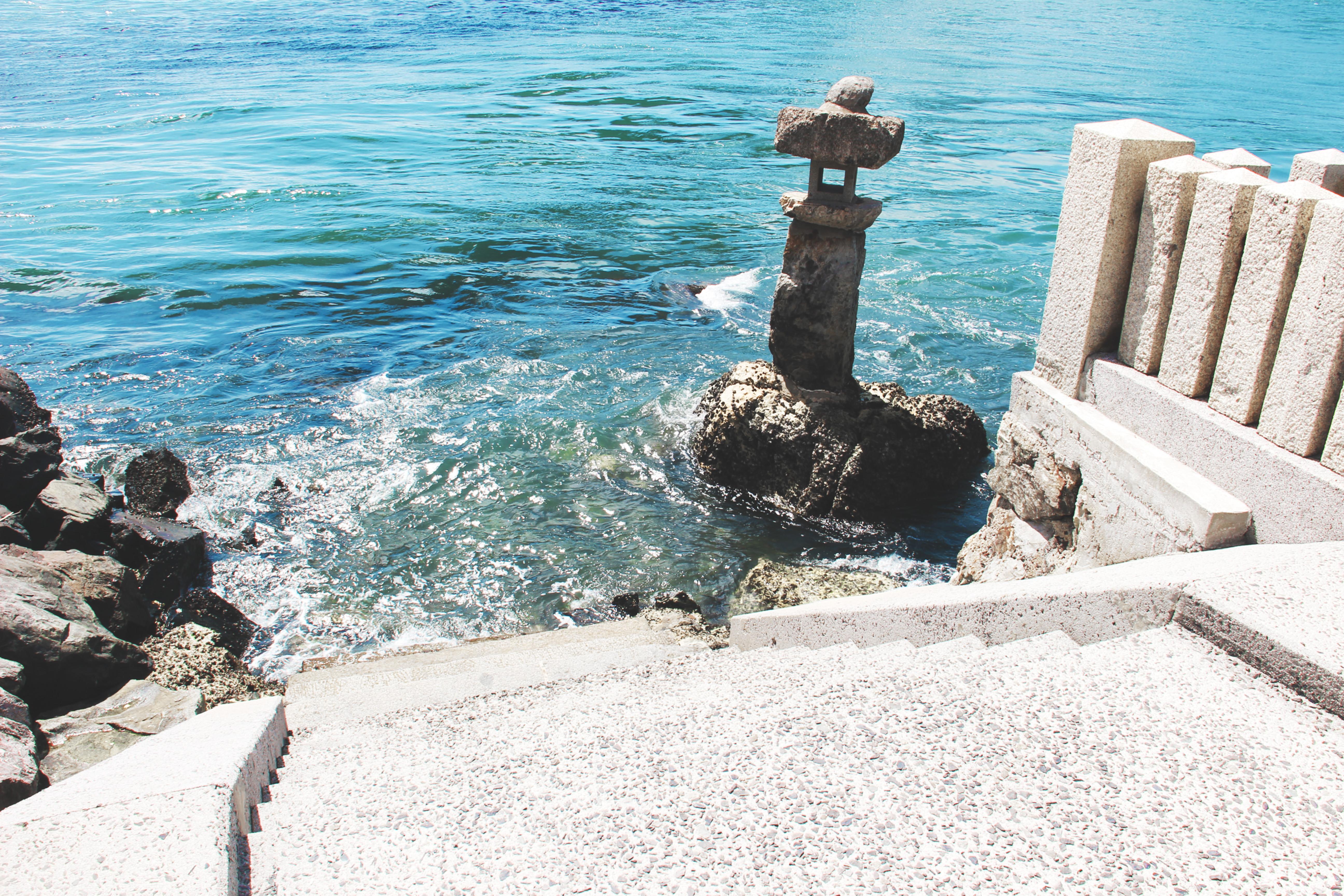 延伸到海底的石阶