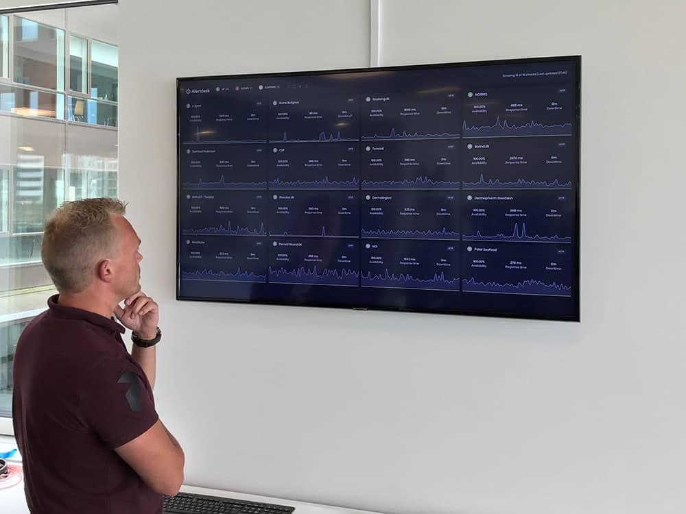 NORRIQ shows their Alertdesk Dashboard in TV- & Dark-mode