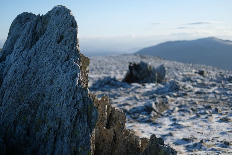 A close photo of the edge of a jagged and sharp rock at the top of Glyder Fawr.