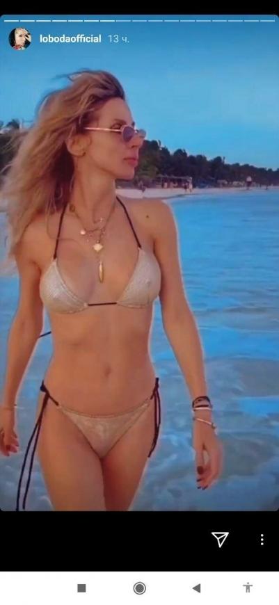 Лобода в новом бикини прогулялась по пляжу