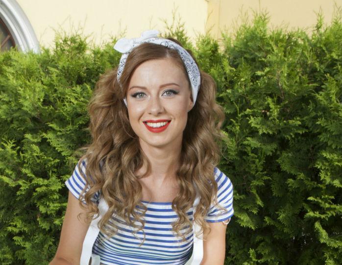 «Даже не узнать»: Юлия Савичева подчеркнула фигуру нежным платьем с разрезами