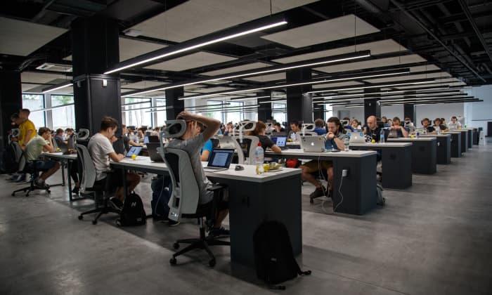 Die Arbeit als Entwickler in einem Großraumbüro