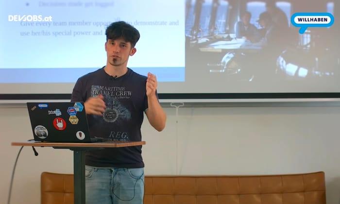 """Tech Talk: """"Breaking the Monolith"""" mit Maurizio Rinder von willhaben"""
