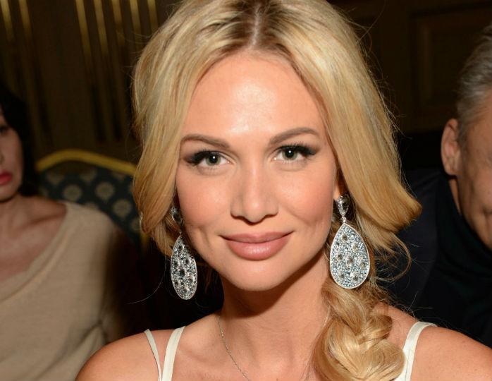 С акцентом на талии: Виктория Лопырева блеснула фигурой в эффектном белом купальнике