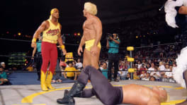 Hulk Hogan face à Ric Flair et Sting au sol à WCW Clash Of The Champions