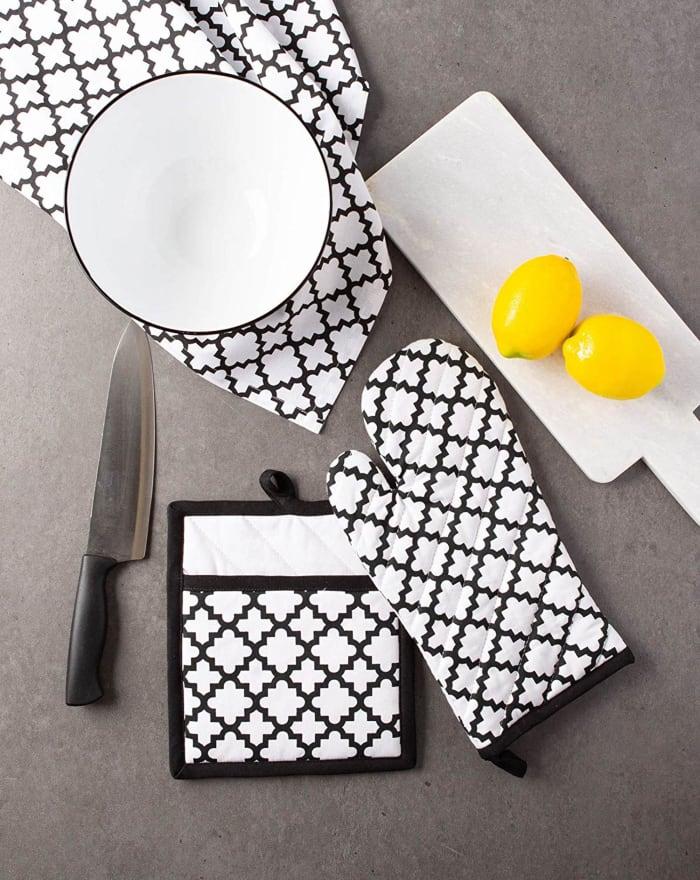 White Lattice Oven Mitt & Potholder Set
