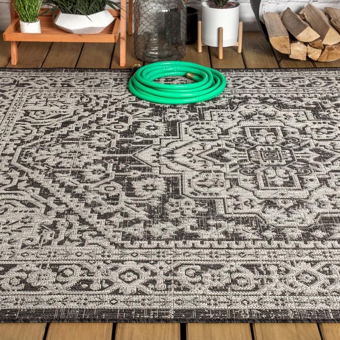 Medallion Textured Weave Indoor/Outdoor Gray/Black 4' x 6' Area Rug