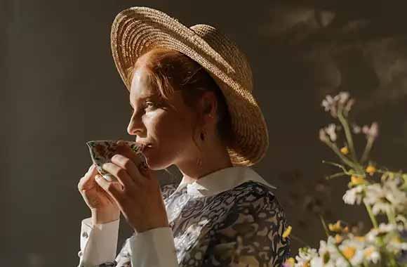 Devojka koja pije čaj
