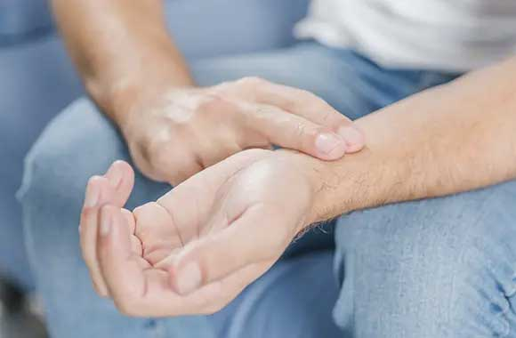 Osoba koja meri puls na ruci