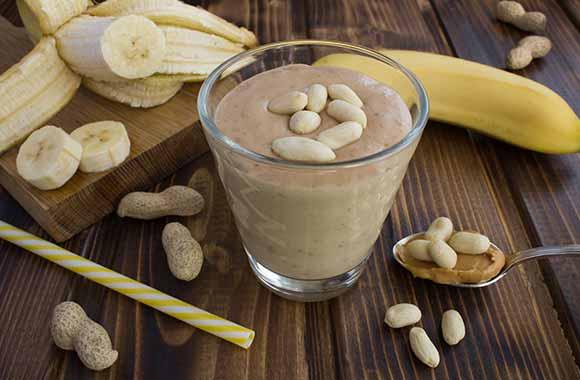 Proteinski smoothie sa bananom i puterom od kikirikija