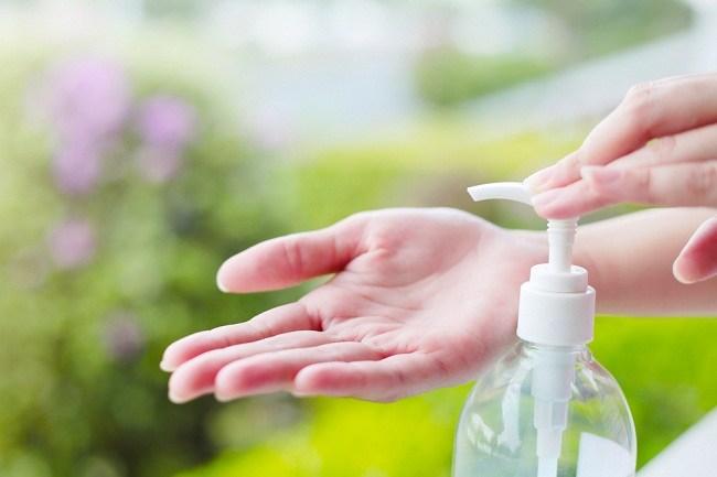 cuci tangan pakai air dan sabun atau hand sanitizer - alodokter