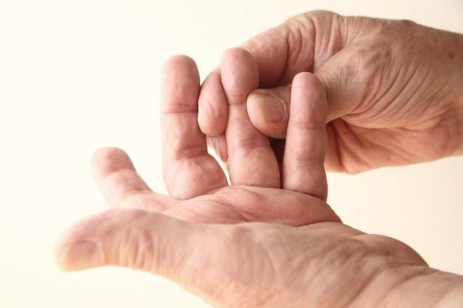 cari tahu penyebab jari tangan kaku yang kamu alami - alodokter