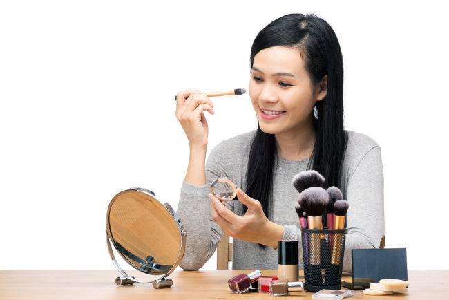 kebiasaan buruk ini bisa merusak kulit wajahmu yang mulus - alodokter