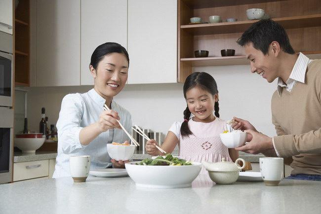 mengajarkan anak makan sehat-alodokter