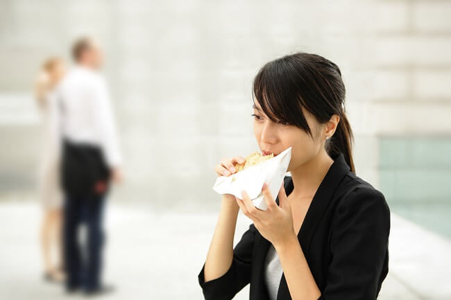 Risiko Makan Cepat dan Manfaat Makan Lebih Lambat - Alodokter
