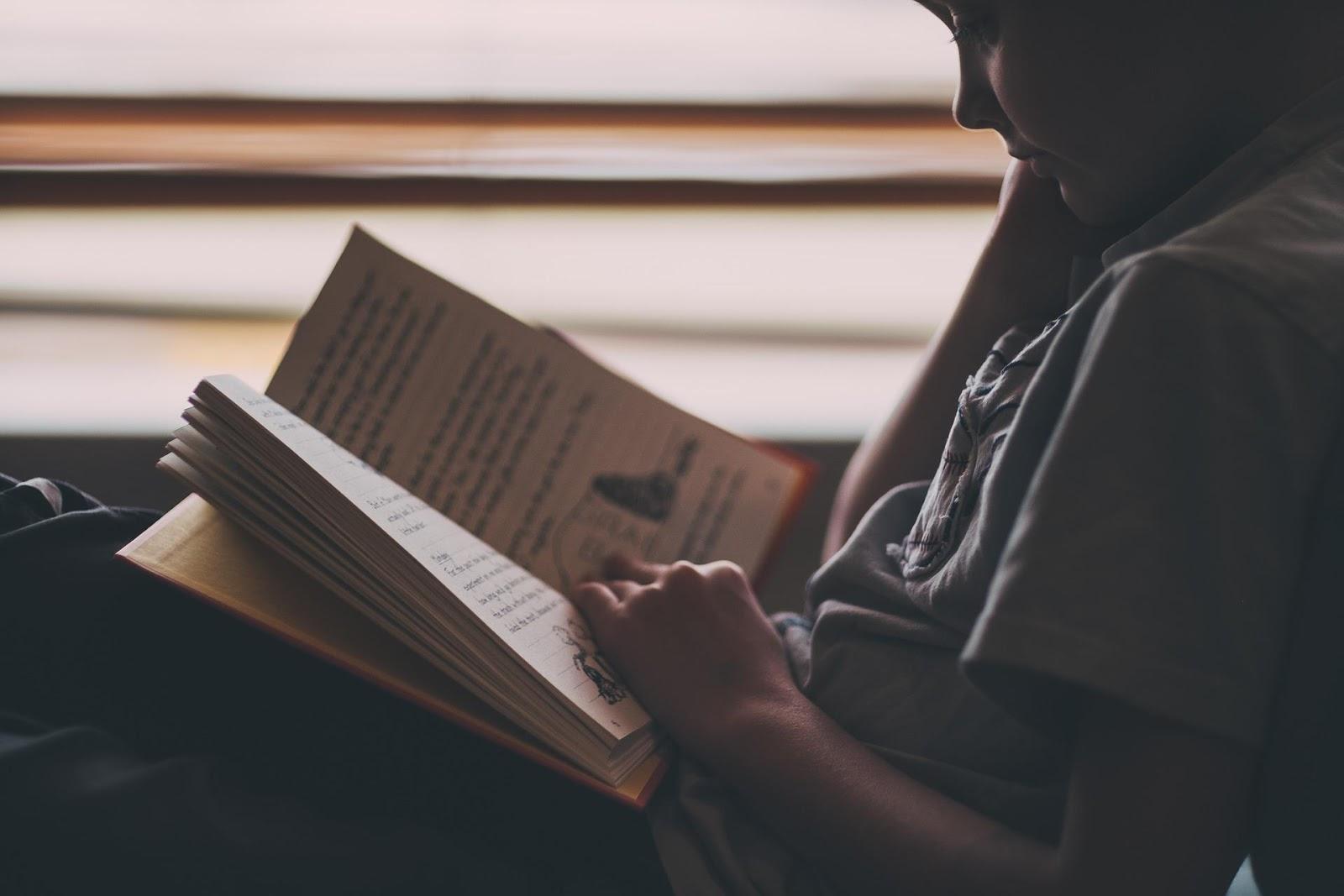 Membaca di tempat redup tidak akan melemahkan penglihatan. Sumber: StockSnap, Pixabay, 2017