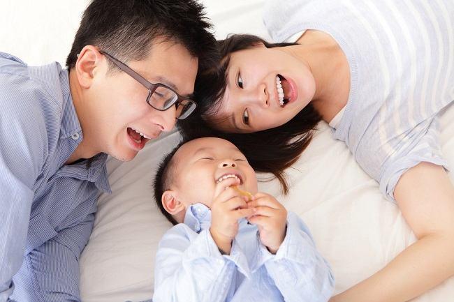 Peran Orang Tua pada Tiap Perkembangan Si Kecil - Alodokter