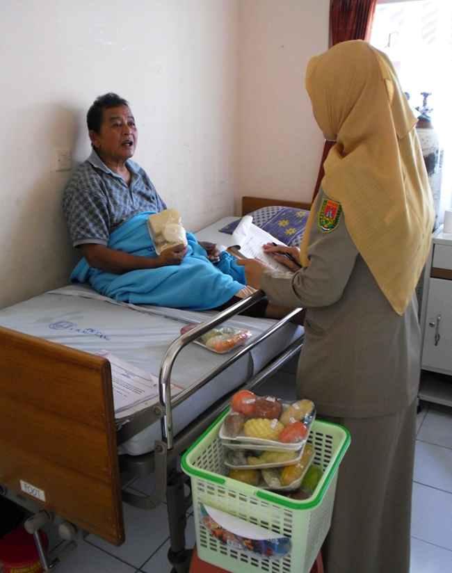Edukasi pasien stroke. Sumber: LH Utomo, PHIL CDC, 2012.