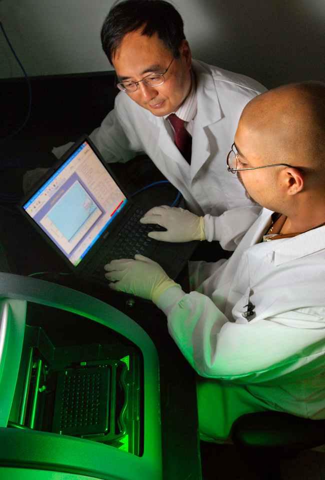 Alat PCR untuk tes asam nukleat. Sumber: J Gathany, H Liu, PHIL CDC, 2007.