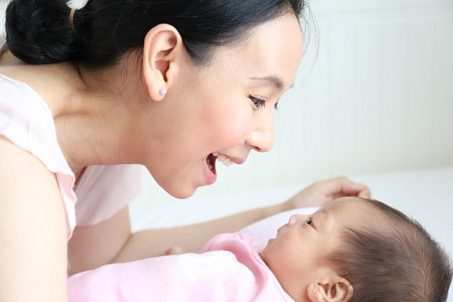 Bayi 1 Bulan: Mulai Mengenali Suara Orang Tua - Alodokter