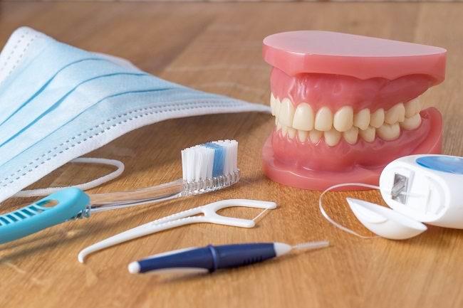 nyaman memakai gigi palsu - alodokter