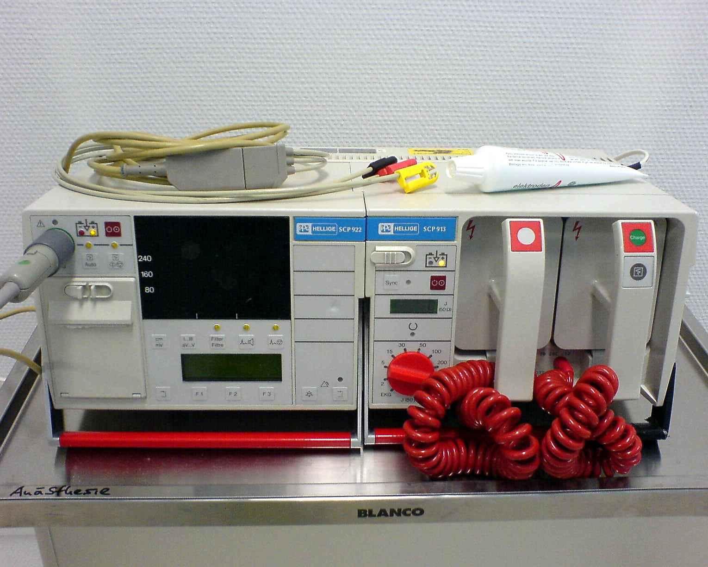 Defibrilator. Sumber: M. Ansorena, WikiCommons 2006.