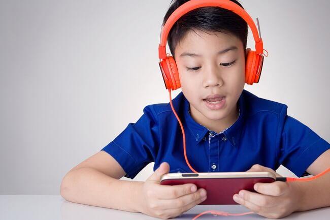 Kapan Sebenarnya Anak Siap Memiliki Ponsel