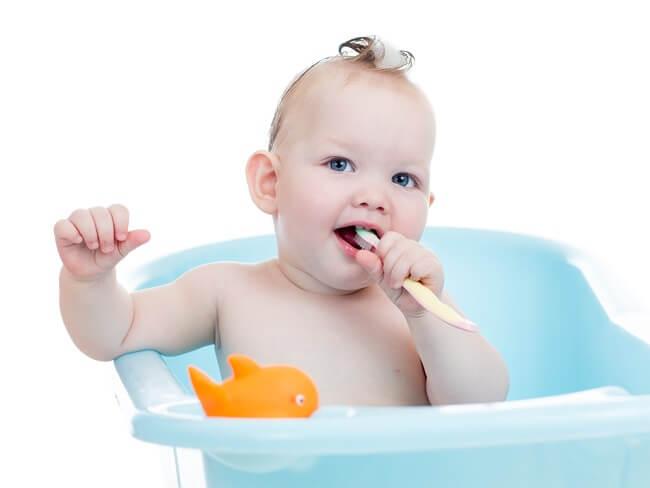 Cara Membersihkan Gigi Bayi yang Benar - Alodokter