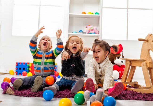 Pilih Babysitter atau Daycare? Ini Kelebihan dan Kekurangannya - Alodokter