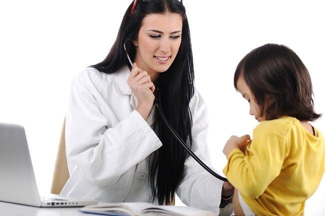 Jangan Segan Konsultasi ke Dokter Saat Berat Badan Kurang pada Anak