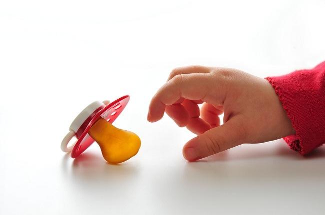 Menimbang Sisi Positif dan Negatif Dot Bayi - Alodokter