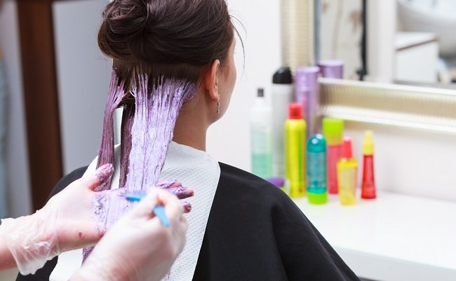 Ini Cara Mewarnai Rambut yang Aman - Alodokter