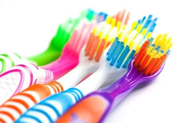 Cara Memilih dan Merawat Sikat Gigi - Alodokter