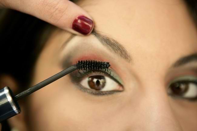 Ikuti Tips Ini agar Peralatan Make Up Mata Tidak Memicu Iritasi