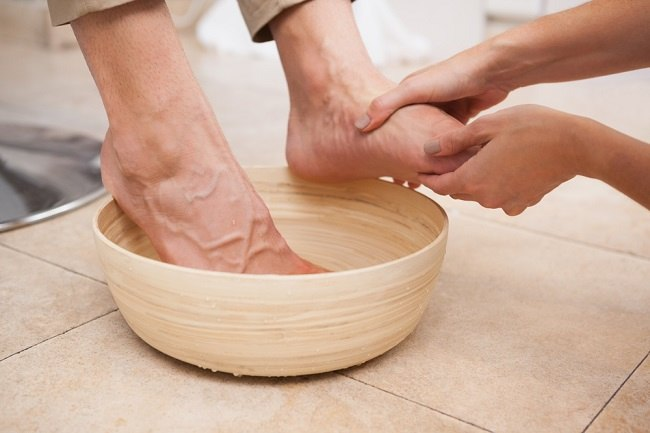 Hasil gambar untuk rendam kaki dengan air garam