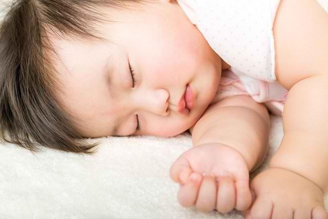 Efek Buruk Mandi Malam Cuma Mitos, Justru Memudahkan Bayi Tidur - Alodokter