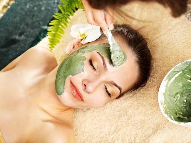7 Pilihan Masker Wajah untuk Kulit Berminyak - Alodokter