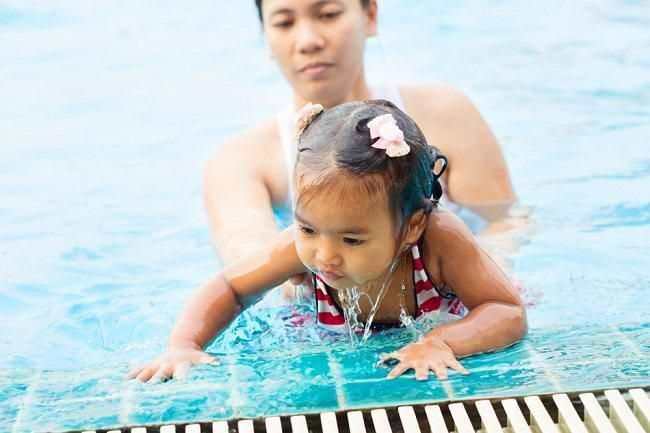 Langkah Tepat Mengajari Bayi Berenang Sesuai Usia