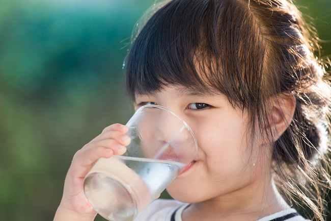 Yuk Bunda, Biasakan Si Kecil Minum Air Putih dengan Cara Ini - Alodokter
