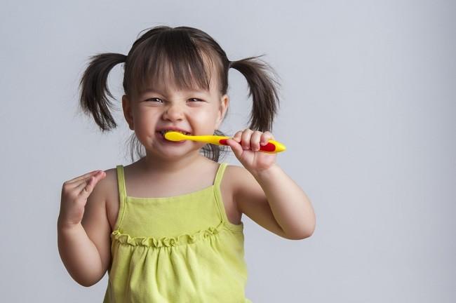 Hati-hati, Bunda, Kebiasaan Ini Bisa Merusak Gigi Anak - Alodokter