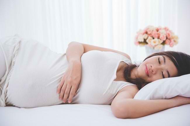 Yuk, Kita Bahas Posisi Tidur Ibu Hamil 9 Bulan di Sini