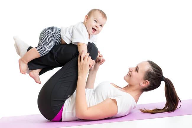 Yuk Bunda, Lakukan Gerakan Olahraga Ini Bersama Bayi - Alodokter
