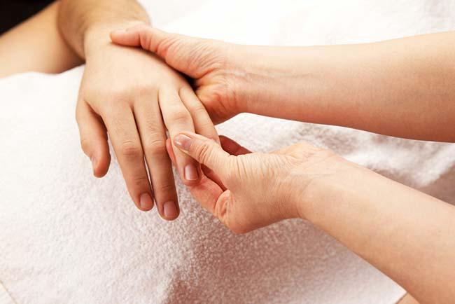 Penyebab Jari Tangan Bengkak dan Cara Mengatasinya - Alodokter