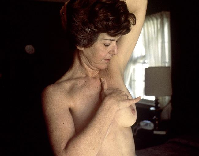 Gambar 1. Pemeriksaan Payudara Sendiri (Sumber: Linda Bartlett, Wikimedia Commons, 1980)