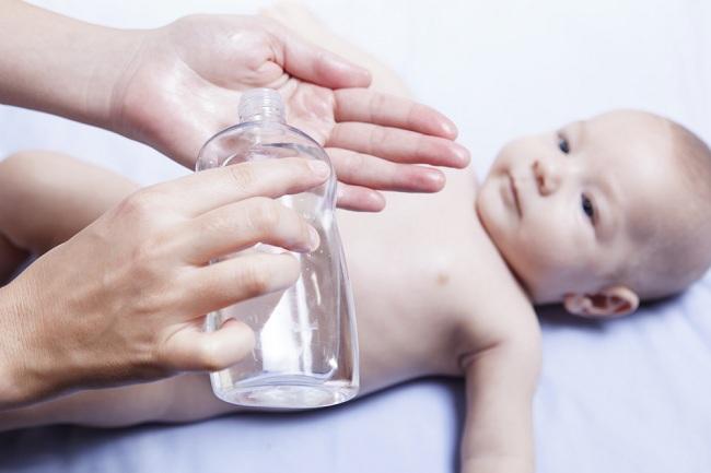 Pilihan dan Aturan Aman Pemakaian Minyak Esensial untuk Bayi - Alodokter