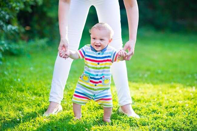 Perkembangan Bayi: Dari Duduk hingga Berjalan - Alodokter